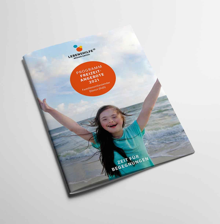 Programmheft Titelbild mit Mädchen mit erhobenen Händen am Strand